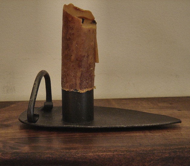 Spade candle holder with candle