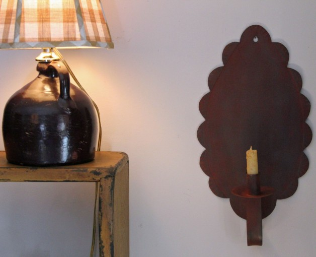 Scalloped Danbury sconce in red