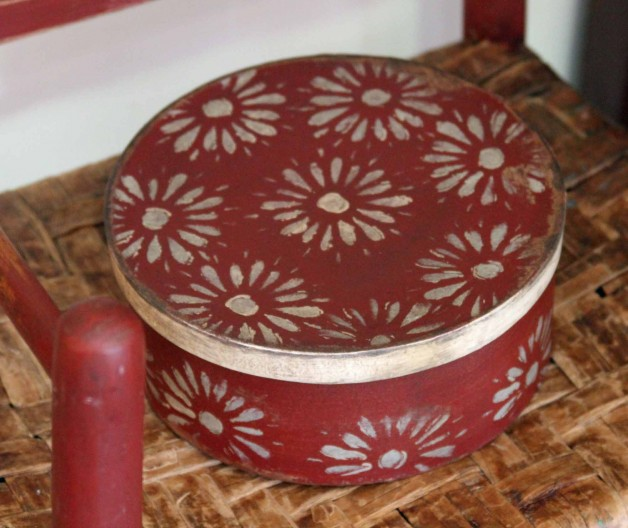 Red and white 10″ round box