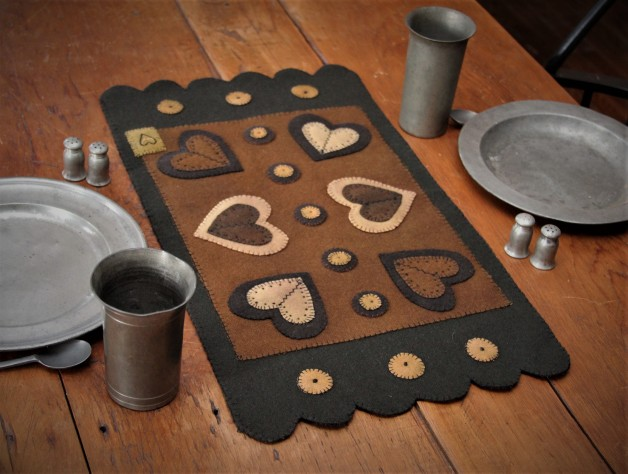 Fancy table mat with scallops